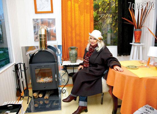 В беседке на улице есть печка-камин, потому чаевничать здесь можно и зимой