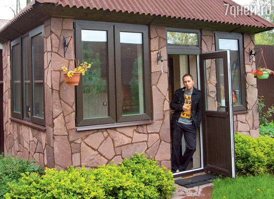 Рядом с большим домом на участке — маленький, в котором Оскар любит уединяться