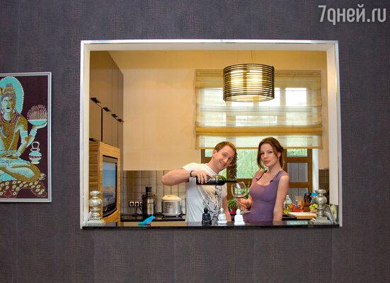 В одной из стен на кухне Оскар «прорубил» окно