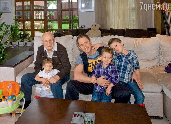 Главное в интерьере дома Кучеры — много пространства и много света. С отцом и детьми