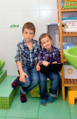 Самые яркие комнаты в доме — это детская ванная в «лягушачьем» стиле...