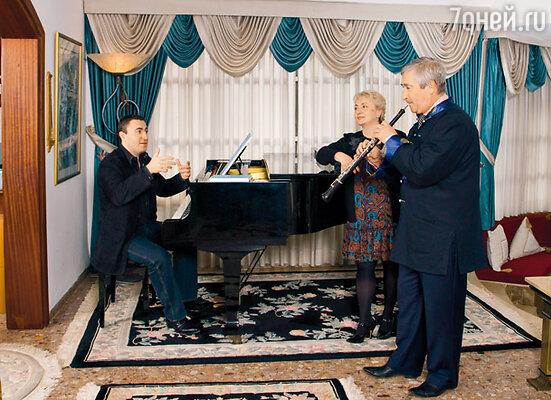 «Конечно, когда у нас родился Максимка, нам с мужем очень хотелось, чтобы сын стал музыкантом. Ведь мы с Аликом сами музыканты. Я долгое время была директором музыкальной школы, а муж работал в симфоническом оркестре, играл на гобое»