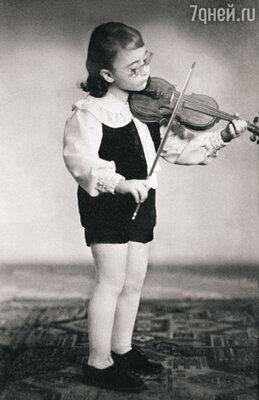 В четыре года Максим впервые взял в руки скрипку, а уже в восемь лет играл один из самых сложных дляскрипача концертов — концерт Мендельсона