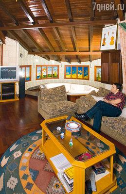 В своей комнате отдыха, расположенной в доме на втором этаже