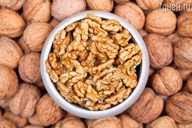 В грецких орехах содержатся ценные микроэлементы, нормализующие обмен веществ, омолаживающие клетки кожи и снижающие риск развития сердечных недугов