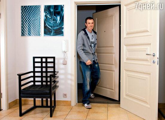 Прихожую Вадима украшает кресло, которое Игорь привез из Питера, и фото деталей стиральной машины
