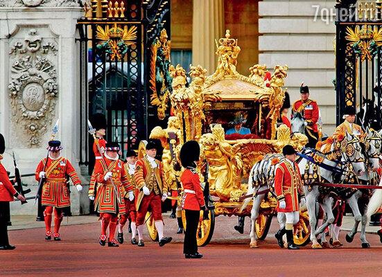 По особо торжественным случаям королева выезжает из своей главной резиденции, Букингемского дворца, в карете