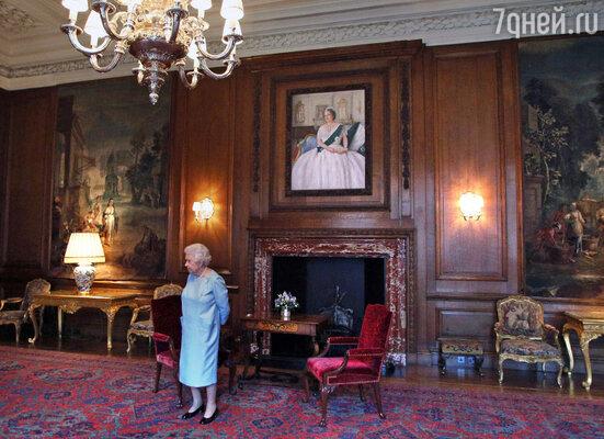 Поддержание дворцов в достойном состоянии обходится в миллионы долларов ежегодно. На фото: королева в своей шотландской резиденции  Холирудхаус