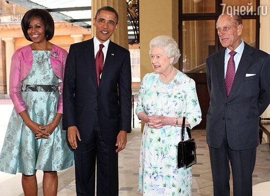 Чтобы не тратиться без конца на дизайнерские наряды, королева использует одни и те же платья по много раз. В белом платье в цветочек на встрече с президентом США и его супругой...