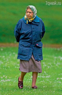 Королева старается экономить на всем — в повседневной жизни она предпочитает более чем скромную одежду...