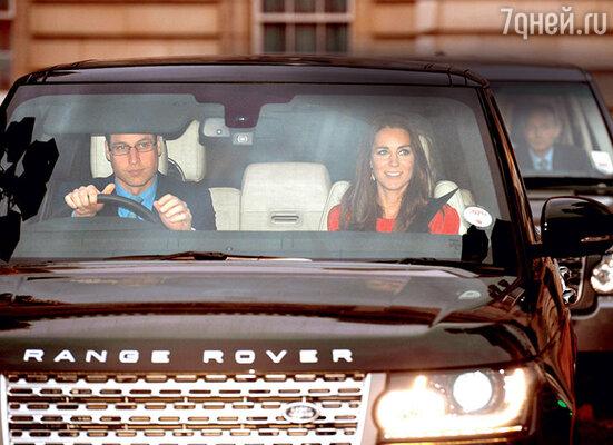 Любимый внук Елизаветы II принц Уильям берет пример с бабушки. Он часто сам водит машину, а то и пользуется общественным транспортом