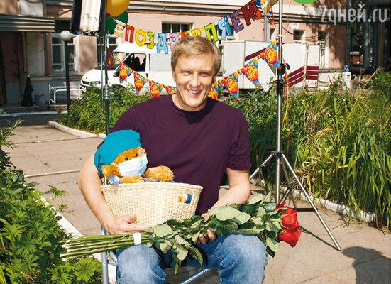 Сергей Горобченко с подарками от съемочной группы