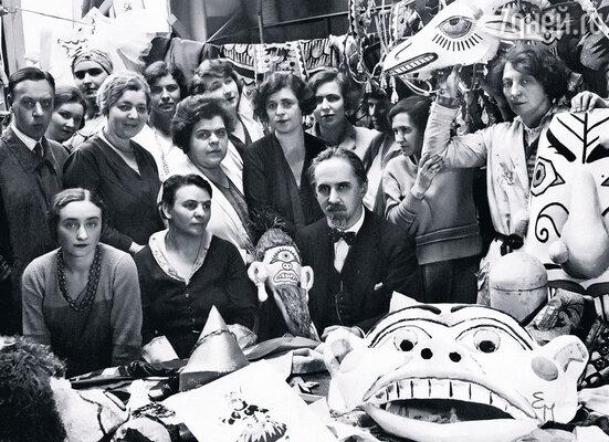 Иван Билибин (в центре) в мастерской художественных образов