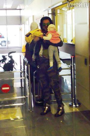 Филипп Киркоров вернулся с детьми из Греции в Россию, сентябрь 2013 год