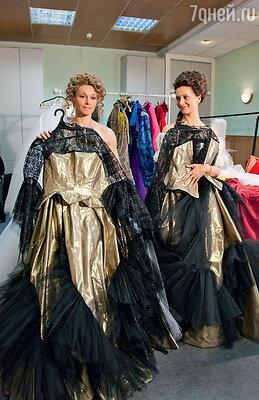 Одинаковые костюмы помогут героиням Александры Урсуляк и Виктории Исаковой одурачить графа