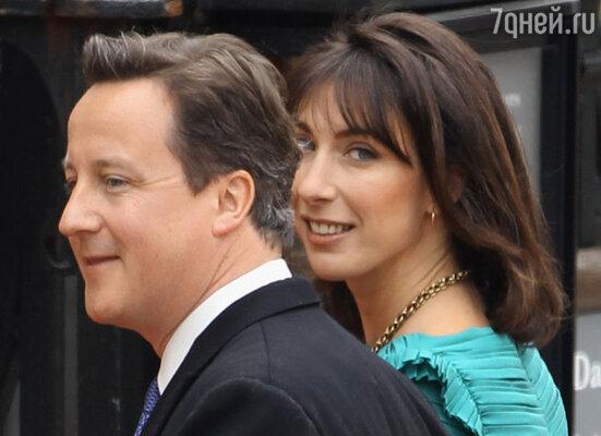 Премьер-министр Дэвид Кэмерон с супругой
