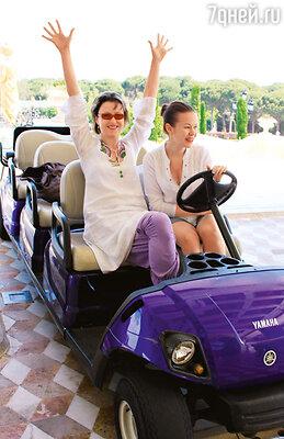 Ирина с племянницей Аней решили угнать отельный электромобиль, пока отвлекся водитель