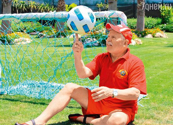 По пути на пляж Сергей Никоненко неизменно заворачивал на футбольное поле, погонять мяч перед водными процедурами