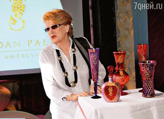 Из ассортимента призов Светлана Дружинина выбрала высокую узкую вазу, похожую на бокал. Хотя муж просил графин для водки!