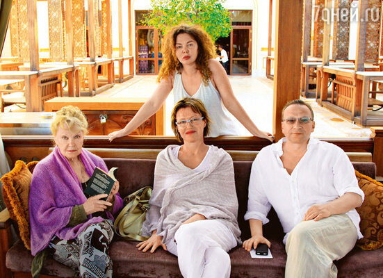А вот в дневное время почетный президент фестиваля «Альманах кино. 1812» Ирина Скобцева позволяла и себе, и остальным свободный стиль в одежде.