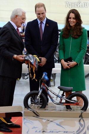 Кейт Миддлтон и принцу Уильяму вручили велосипед для их сына
