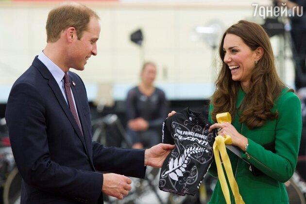 Кейт Миддлтон и принц Уильям получили маленький шлем и черно-белую футболку с именем принца Джорджа