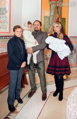 C женой Инной идетьми Никитой, Иванкой и Машей