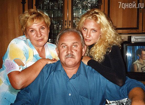 «Мои родители — потрясающие люди, но очень среднего достатка, просить помощи у мамы с папой я не могла»