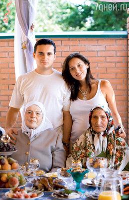 С мужем и бабушками ТаскиройМиргалимовной иХалидойАхкямовной. Уяндык, 2006 г.
