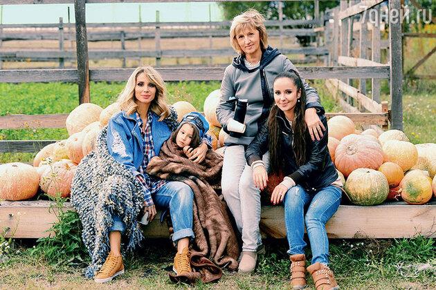 Светлана Лобода с дочкой Евой, мамой и младшей сестренкой Ксюшей