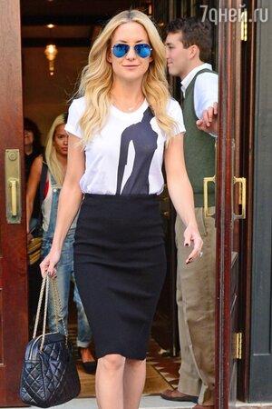 Кейт Хадсон в очках Ray-Ban и с сумочкой от Chanel