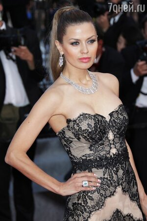 Виктория Боня в платье от Christophe Guillarme и аксессуарами от Avakian