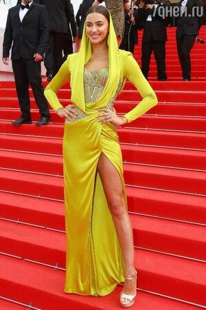 Ирина Шейк в наряде от Atelier Versace и босоножках от Salvatore Ferragamo