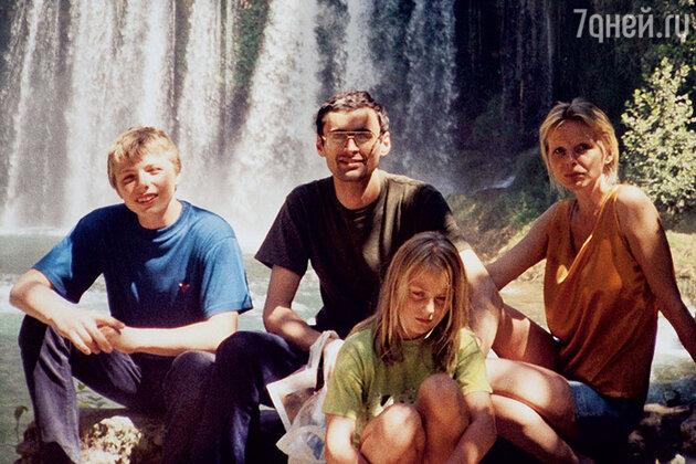 Татьяна Назарова с мужем Сандро и детьми — Ваней и Сашей