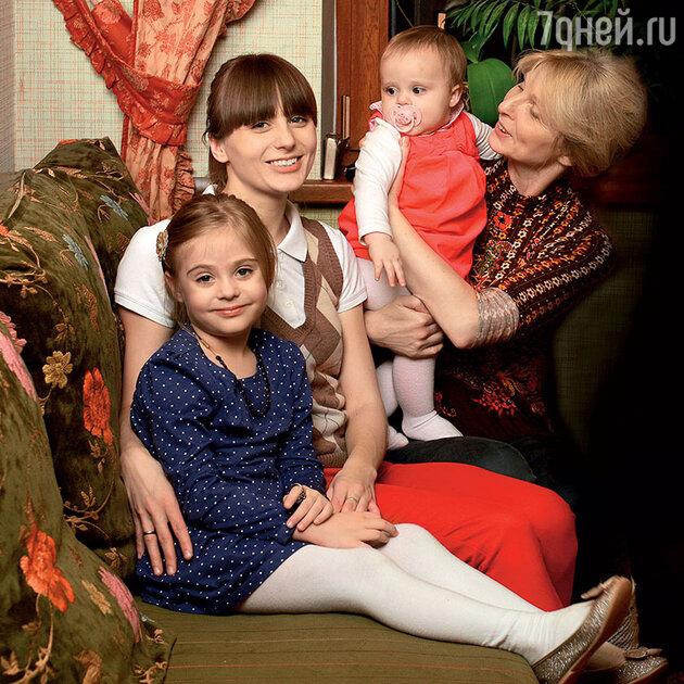 Татьяна Назарова дочерью Сашей и внучками Ксюшей и Катюшей