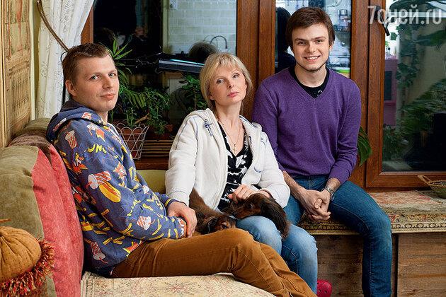 Татьяна Нзарова с сыном Иваном (слева) и племянником Гией