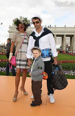 Дмитрий Певцов и Ольга Дроздова с сыном Елисеем