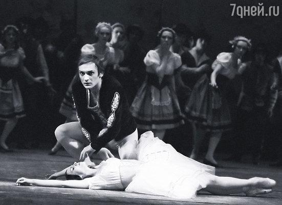 Танцевала с окровавленным сердцем, вынужденная выходить на сцену с бывшим мужем. С Михаил Лавронским в «Жизели»