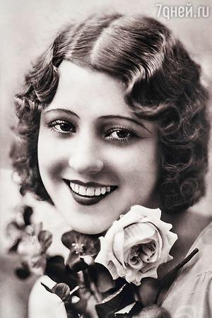 Портрет молодой девушки с букетом цветов. 1920 г.