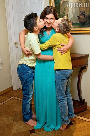 Анастасия Денисова с  братом Андреем (слева) и сыном Юрой (справа)