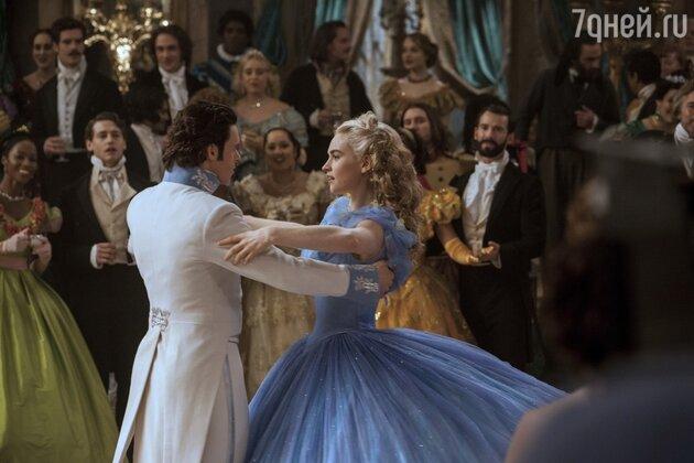 Постановку торжественного бального танца Золушки и Принца доверили лауреату премий «Тони» и «Эмми» хореографу Робу Эшфорду
