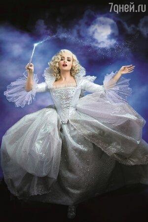 На создание платья для Феи-Крёстной у художницы по костюмам Сэнди Пауэлл ушло тысячи кристаллов Swarovski