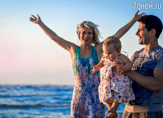 Антон и Виктория Макарские с дочерью Машей на берегу Средиземного моря