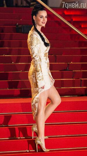 Кэти  дополнила образ  золотистыми туфлями  от  Christian Louboutin