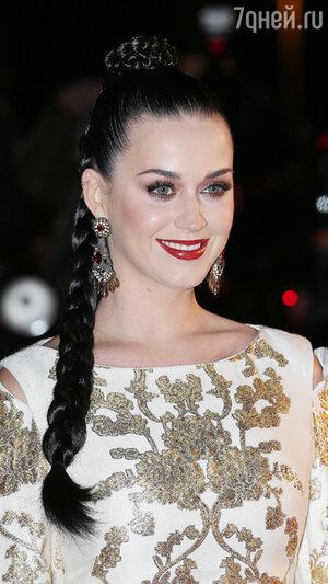 Блестящие темные волосы Кэти заплела в косу, а макияж выполнила с акцентом на винные губы