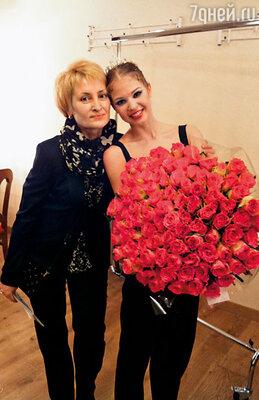 С мамой после спектакля «Щелкунчик». Этот потрясающий букет подарил мне Паша Дмитриченко