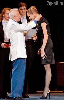 Юрий Николаевич Григорович вручает мне первую премию на ХI Московском международном конкурсе артистов балета и хореографов