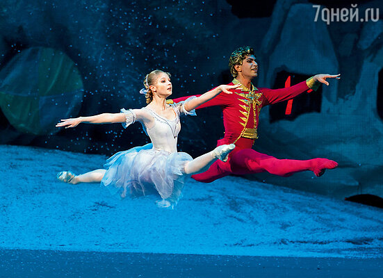 Цискаридзе пошел на меня посмотреть. «Заиграла музыка, и ты как выпрыгнула на сцену в шпагате! — вспоминал он. — Я был покорен!»  С Николаем Максимовичем в балете «Щелкунчик»