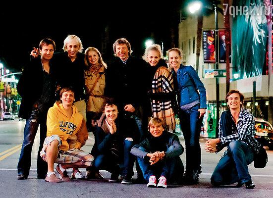 На гастролях Большого театра в Лос-Анджелесе. Паша второй слева в верхнем ряду. Рядом — я