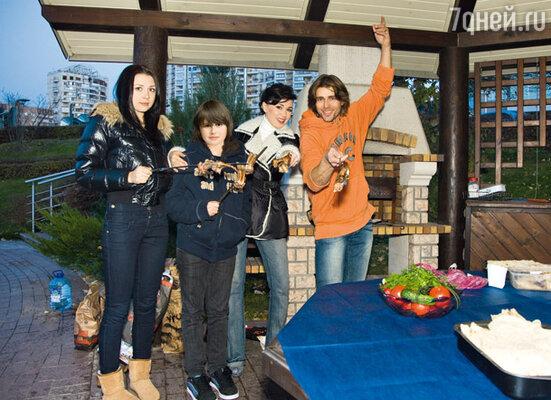 С мужем Петром Чернышевым, дочерью Аней и сыном Майки на площадке длябарбекю около своего дома